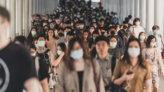 vidéos et rushes de laps de temps bondé de personnes portant un masque facial pour prévenir le coronavirus ou l'épidémie de covid19 - affluence