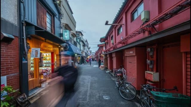 vídeos de stock, filmes e b-roll de 4k time lapse-pessoas lotadas em torno de sensoji temple area-asakusa toyo japan - templo asakusa kannon
