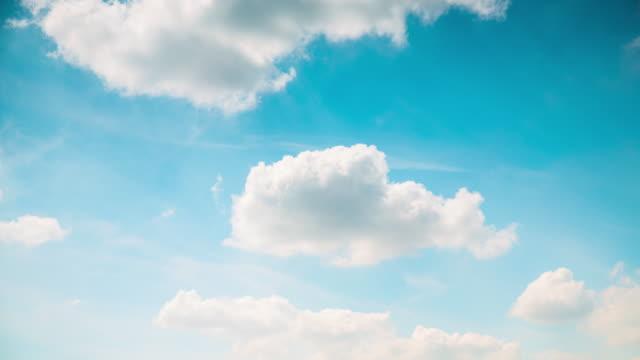 Time-Lapse nuages Cumulus sur le ciel bleu