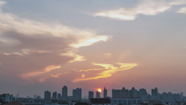 time lapse d2n cityscape with dramatic sky at downtown bangkok - sunset to night time lapse stock videos & royalty-free footage