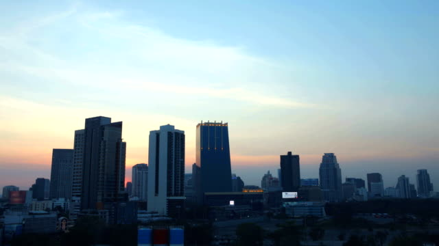 time lapse d2n cityscape with dramatic sky at downtown bangkok - sunset to night stock videos & royalty-free footage