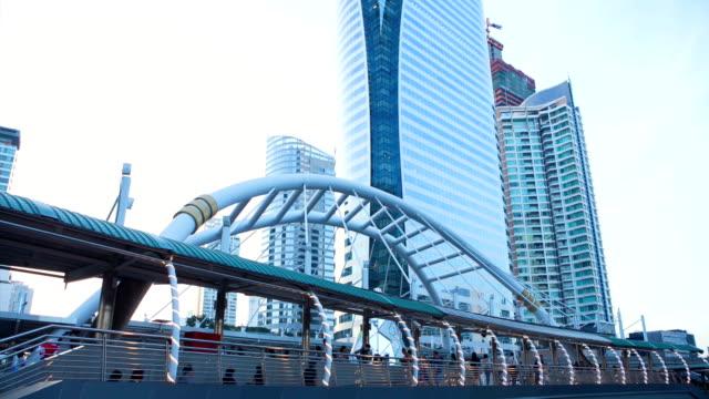 zeitraffer von tag zu nacht stadtansicht mit dramatischer himmel in der innenstadt von bangkok - non urban scene stock-videos und b-roll-filmmaterial