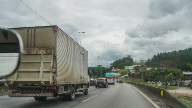 vídeos de stock, filmes e b-roll de time lapse da saída de florianópolis de carro - perspectiva do passageiro
