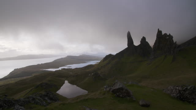 time lapse. dark clouds are moving at the old man of storr on the isle of skye. old man of storr, isle of skye, inner hebrides, scotland, united kingdom, europe - insel skye stock-videos und b-roll-filmmaterial