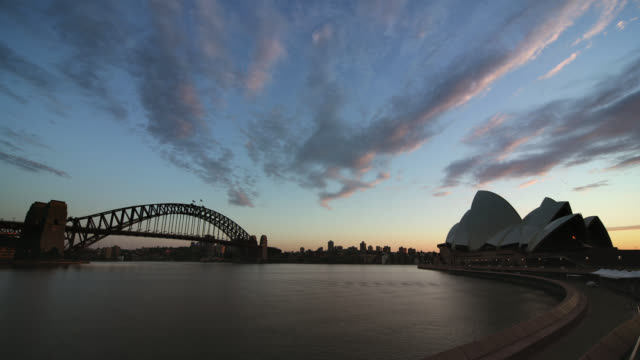 vídeos de stock, filmes e b-roll de time lapse dawn over sydney harbour with sydney harbour bridge and opera house / sydney, australia - sydney australia