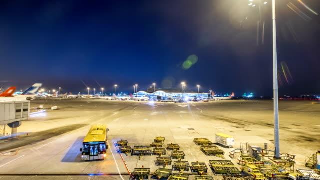 4 k zeitraffer-tag und nacht von ground crew avtivity zu überprüfen und bereiten das flugzeug vor aus - abheben aktivität stock-videos und b-roll-filmmaterial