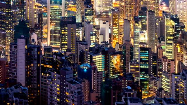 vídeos de stock, filmes e b-roll de dia de lapso de tempo em noite de hong kong apartamento prédio - facade