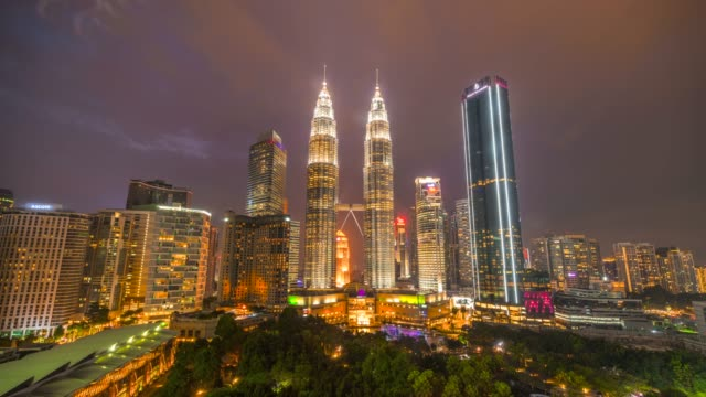 vídeos de stock e filmes b-roll de 4k time lapse day to night, sunset scene of kuala lumpur skyline with petronas twin tower, malaysia - torres petronas