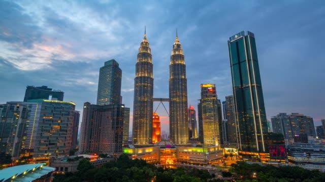 4 k タイムラプス日夜、クアラルンプールのスカイラインの日没シーン、ペトロナスツインタワー、マレーシア - クアラルンプール点の映像素材/bロール