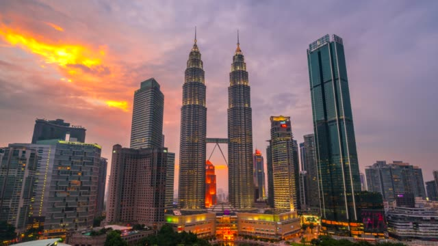 4k zeitraffer day to night, sunset scene von kuala lumpur skyline mit petronas twin tower, malaysia - petronas twin towers stock-videos und b-roll-filmmaterial