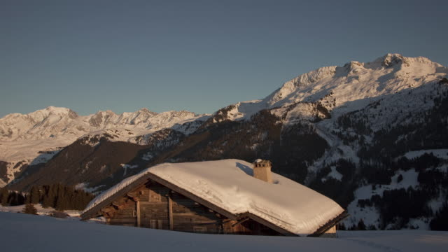 time lapse day to night track and pan shot of mont blanc mountain - chalet video stock e b–roll