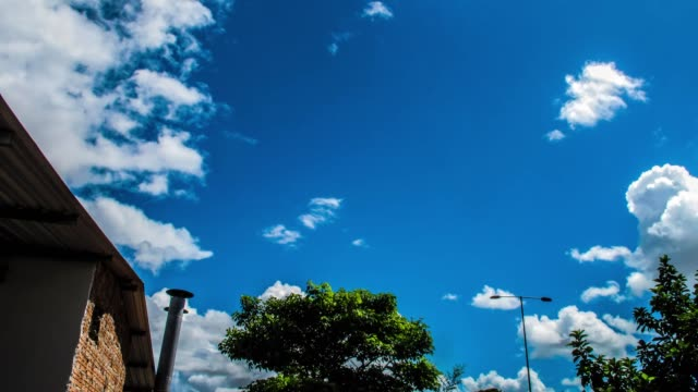 time lapse de nuvens com céu azul - azul stock videos & royalty-free footage