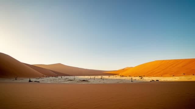 vidéos et rushes de ws time lapse deadvlei pan d'argile blanche entouré de dunes de sable, namibie, afrique - dune de sable