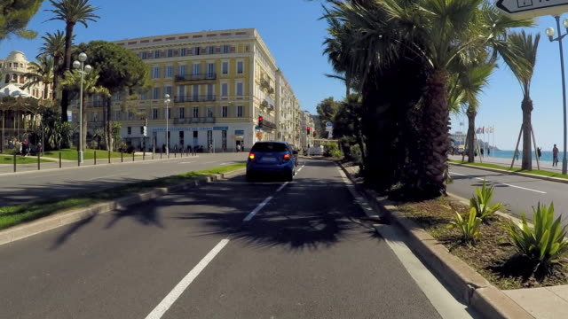 time lapse: driving around busy streets of nice on a sunny day - ヤシ点の映像素材/bロール