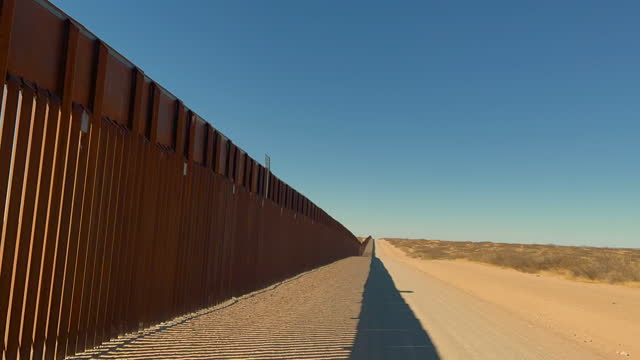 vídeos de stock e filmes b-roll de time lapse driving clip along international border wall from  new mexico looking in to the chihuahua desert - vedação