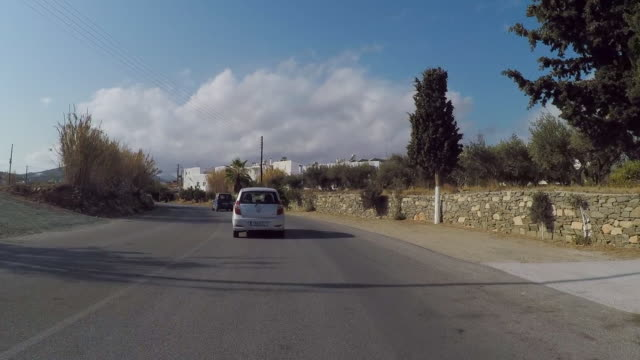 time lapse: driving through the picturesque streets of paros on a sunny day - 白しっくい塗点の映像素材/bロール
