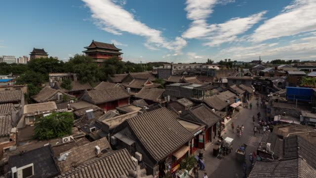 vídeos y material grabado en eventos de stock de torre de tambor de lapso de tiempo y hutong en pekín (panorámica) - hutong