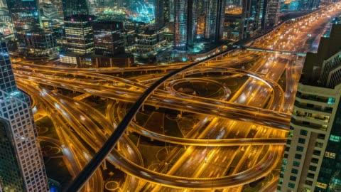 vídeos y material grabado en eventos de stock de calle de la ciudad del dubai de lapso de tiempo o carretera llena de coches y metro - metro transporte