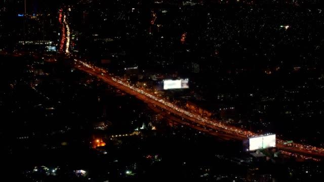 vídeos de stock, filmes e b-roll de lapso de tempo de 4k elevada vistas sobre a cidade via expressa com cruzamento de tráfego e estrada na hora do rush durante a noite em bangkok, transporte com conceito de paisagem urbana - característica de construção