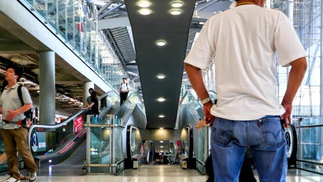 vídeos de stock, filmes e b-roll de lapso de tempo hd escadas rolantes no aeroporto: - full hd format