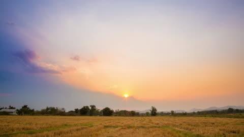 4 k 時間流逝: 欄位草甸晚上到日出時間流逝。 - day 個影片檔及 b 捲影像
