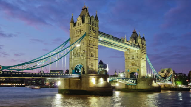 stockvideo's en b-roll-footage met time lapse footage of openning of tower bridge in london at night. - international landmark