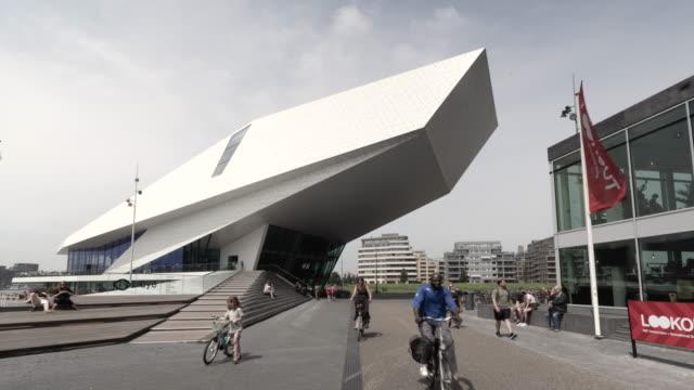 time lapse forward: modern building of eye museum of amsterdam explored - ファストモーション点の映像素材/bロール