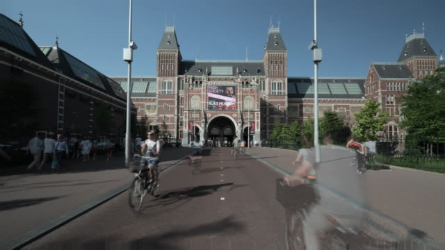 stockvideo's en b-roll-footage met time lapse forward: rijks museum on a sunny day with people going to the area - nederland