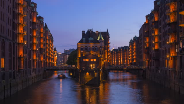 vídeos de stock, filmes e b-roll de time lapse from das to night. speicherstadt warehouse district with wasserschloß, hamburg, germany. - patrimônio mundial da unesco