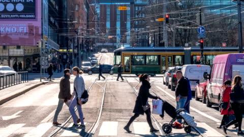 vídeos y material grabado en eventos de stock de lapso de tiempo desde el medio de la intersección: la vida rutinaria de la gente europea va a trabajar por la mañana. - paso peatonal vías públicas