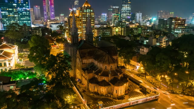 vídeos de stock e filmes b-roll de 4k time lapse from top view of notre-dame cathedral basilica of vietnam in hochiminh city, when building the subway in down town - montréal