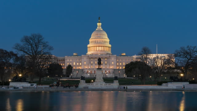 4k time lapse front of the united states capitol building with reflecting pool at twilight time, capitol hill, washington, d.c., usa - la casa bianca washington dc video stock e b–roll