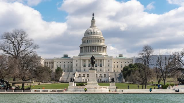 vídeos de stock e filmes b-roll de 4k time lapse front of the united states capitol building with reflecting pool, capitol hill, washington, d.c., usa, architecture and attraction concept - obelisk