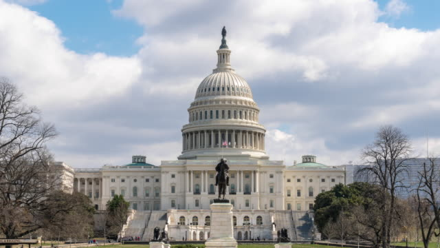 vídeos de stock e filmes b-roll de 4k time lapse front of the united states capitol building with reflecting pool, capitol hill, washington, d.c., usa, architecture and attraction concept - washington dc