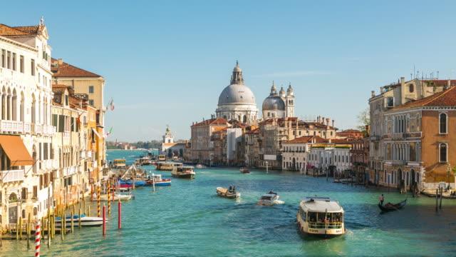 time lapse: grand canal and santa maria della salute in venice italy. - traghetto video stock e b–roll