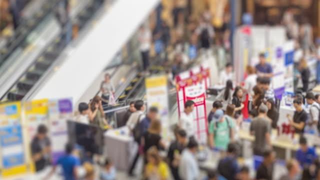 vídeos de stock, filmes e b-roll de grupo de lapso de tempo de 4k de pessoas comprar alguma coisa sobre dispositivos eletrônicos em shopping center - consumismo