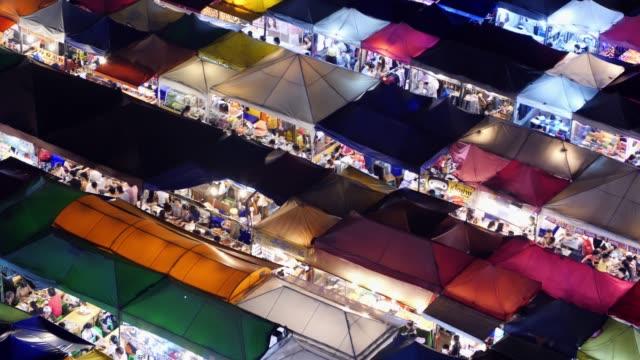 vidéos et rushes de 4k time lapse groupe de personnes: le groupe de temps laps de personnes achètent des aliments au marché. marche au marché de nuit. mer: shopping - file d'attente