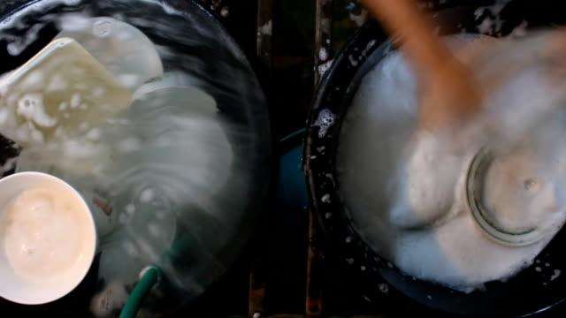 vídeos de stock, filmes e b-roll de lapso de tempo de lavagem de mãos pratos. - lava