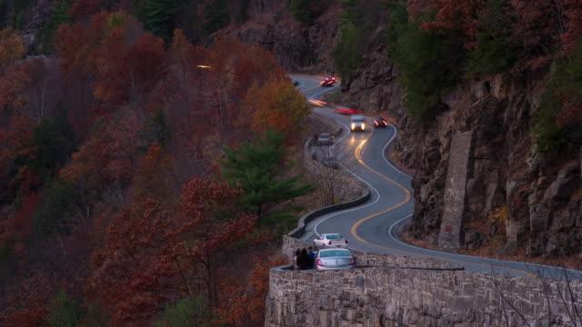 time lapse hawk's nest, port jervis, new york autumn fall leaves colorful. winding road. delaware river, water gap. night. - デラウェア川点の映像素材/bロール