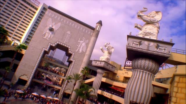 time lapse high angle view of elephant statues outside the kodak theatre at hollywood and highland center / los angeles, california - the kodak theatre bildbanksvideor och videomaterial från bakom kulisserna