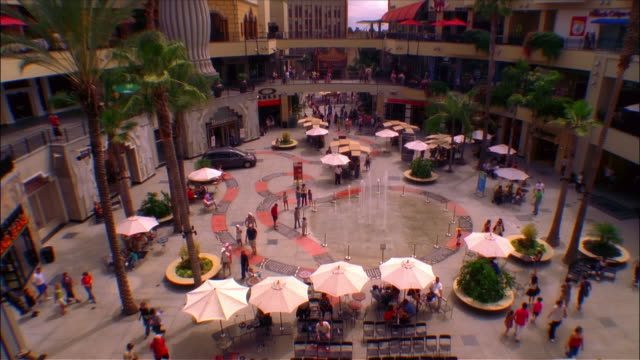 vídeos de stock e filmes b-roll de time lapse high angle view of people on the plaza at the kodak center at hollywood and highland / los angleles, california - the dolby theatre