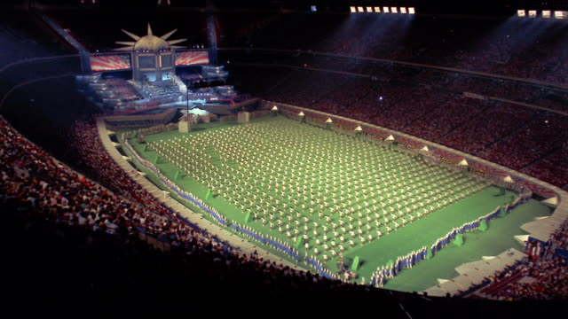 vidéos et rushes de 1986 time lapse high angle wide shot performers in us map formation on field during liberty weekend at giants stadium / nj - représentation artistique