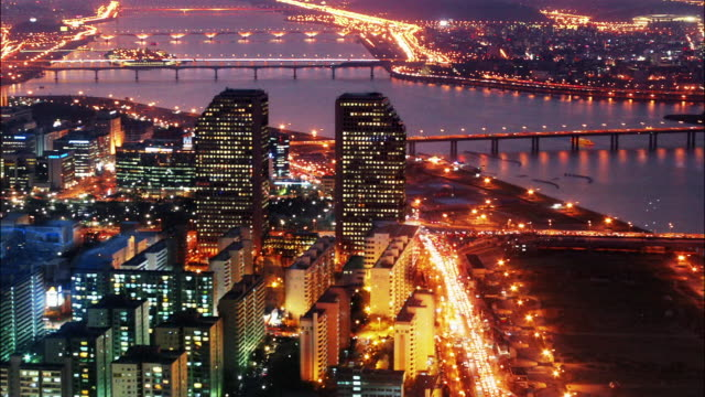 time lapse high angle wide shot traffic moving around the lg twin towers at twilight / seoul, south korea - 韓国文化点の映像素材/bロール