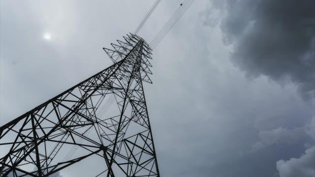 vídeos y material grabado en eventos de stock de time lapse torre de potencia de alto voltaje, estructura de polo eléctrico con movimiento nublado en el cielo. - cuadrícula