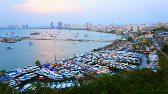 vídeos de stock, filmes e b-roll de lapso de tempo: opinião high-angle da cidade de pattaya no nascer do sol - ângulo agudo