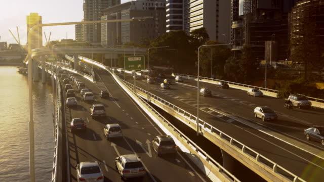 vídeos y material grabado en eventos de stock de tiempo lapso carretera tráfico por el río 4k - lapso de tiempo de tráfico