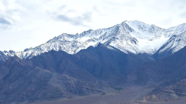 vidéos et rushes de hd temps qui passe: himalaya montagne de neige à jour nuageux - casquette