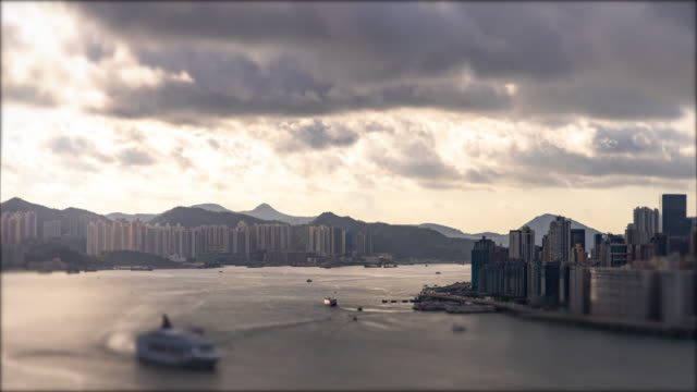 vídeos de stock e filmes b-roll de time lapse : hong kong, a city of prosperity shipping boat - nublado