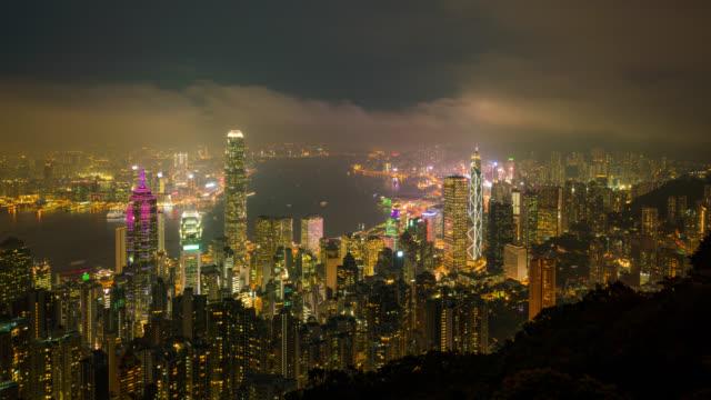 zeitraffer hong kong city skyline in der nacht. blick auf den wolkenkratzer von hongkong vom victoria peak - insel hong kong island stock-videos und b-roll-filmmaterial