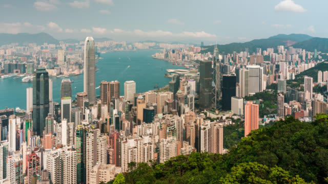 zeitraffer hong kong city skyline mit blauem himmel und wolken. blick auf den wolkenkratzer von hongkong - insel hong kong island stock-videos und b-roll-filmmaterial